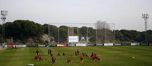 Temporada 12/13. Entrenamiento, plano general, jugadores realizan ejercicios en círculo durante el entrenamiento en la Ciudad Deportiva de Majadahonda