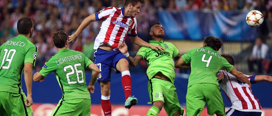 Temporada 14-15. Atlético-Juventus. Saúl remata un centro.