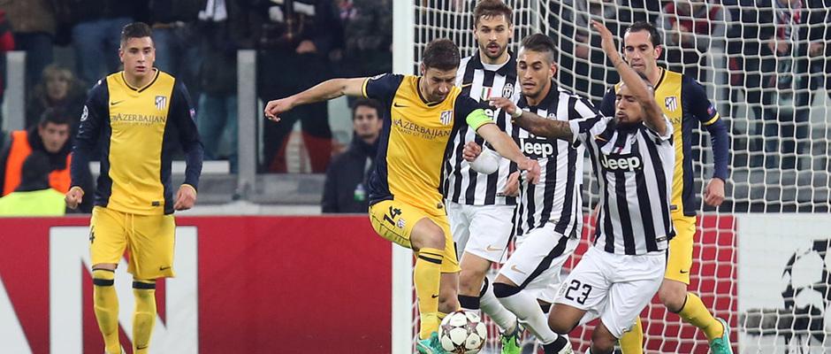 Temporada 14-15. Champions League. Juventus - Atlético de Madrid. Gabi protege el balón ante tres rivales.