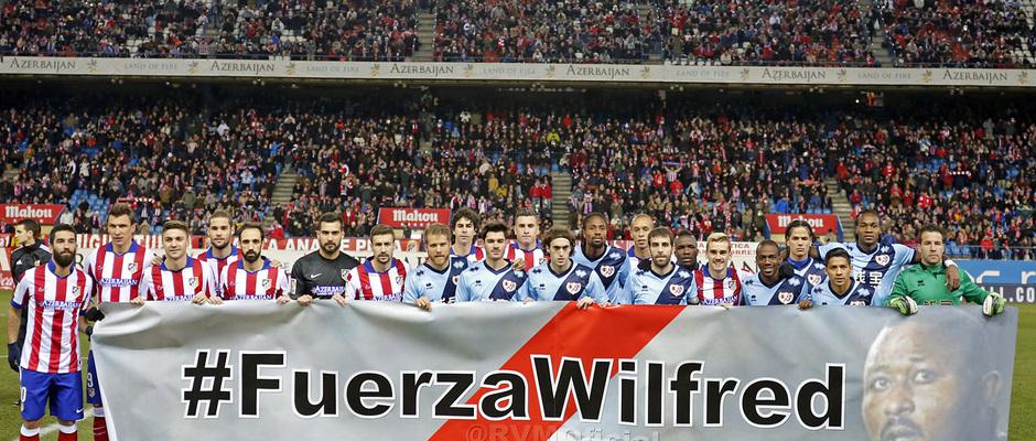 temporada 14/15. Partido Atlético de Madrid Rayo. Jugadores posando con pancarta de apoyo a Wilfred durante el partido