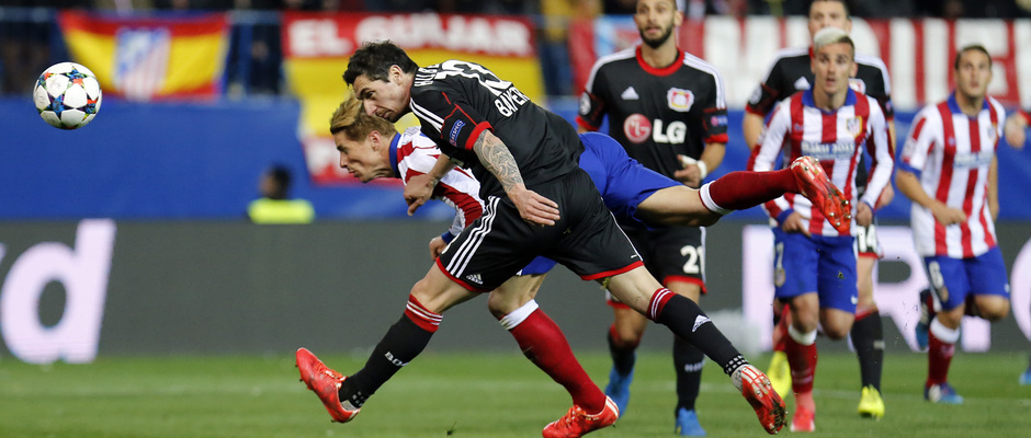 temporada 14/15. Partido Atlético Bayer de Champions. Torres remantando en plancha durante el partido