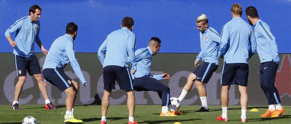 temporada 14/15. Entrenamiento en el estadio Vicente Calderón. Jugadores realizando un rondo durante el entrenamiento