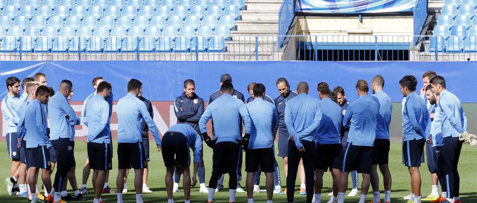 temporada 14/15. Entrenamiento en el estadio Vicente Calderón. Jugadores escuchando a Simeone durante el entrenamiento