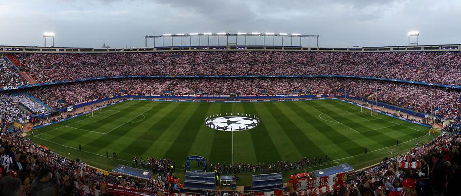 Champions League 2014-15. Atlético de Madrid - Real Madrid. Tifo de bufandas de la afición en el estadio Vicente Calderón.