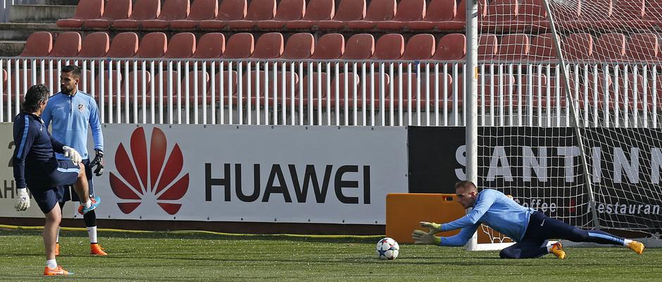 temporada 14/15. Entrenamiento en la ciudad deportiva de Majadahonda. Oblak deteniendo un balón durante el entrenamiento en la ciudad deportiva de Majadahonda