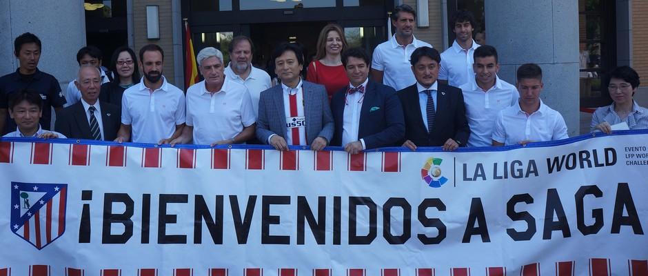 Vietto, Clemente, Correa, Caminero, Juanfran, Tiago y el resto de la delegación posa con el Gobernador de Saga