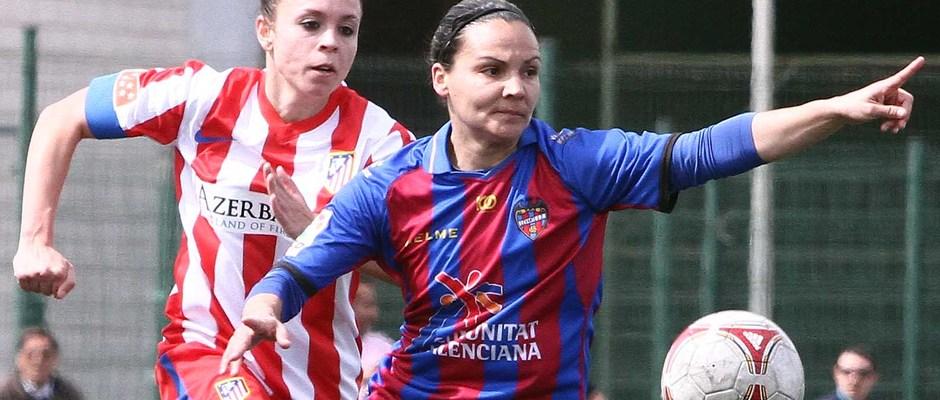Temporada 2012-2013. Amanda en un balón dividido ante el Levante UD