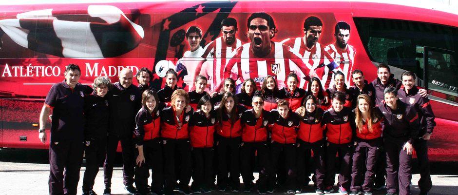 Temporada 2012-2013. Las jugadoras del Féminas con el bus del primer equipo