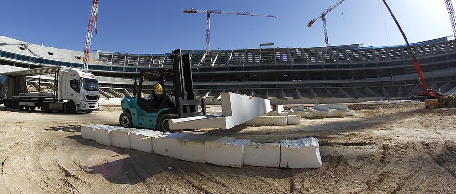 Nuevo estadio. Movimiento de gradas prefabricadas previos a su colocación