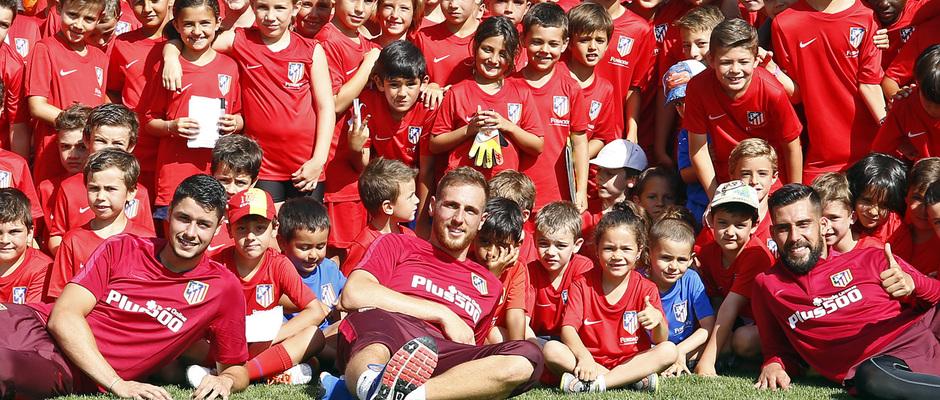 temporada 16/17. Campus Fundación. Jugadores saludando a los niños.