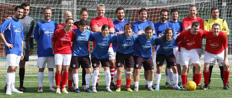Temporada 2012-2013. Las jugadoras posan con periodistas antes del triangular