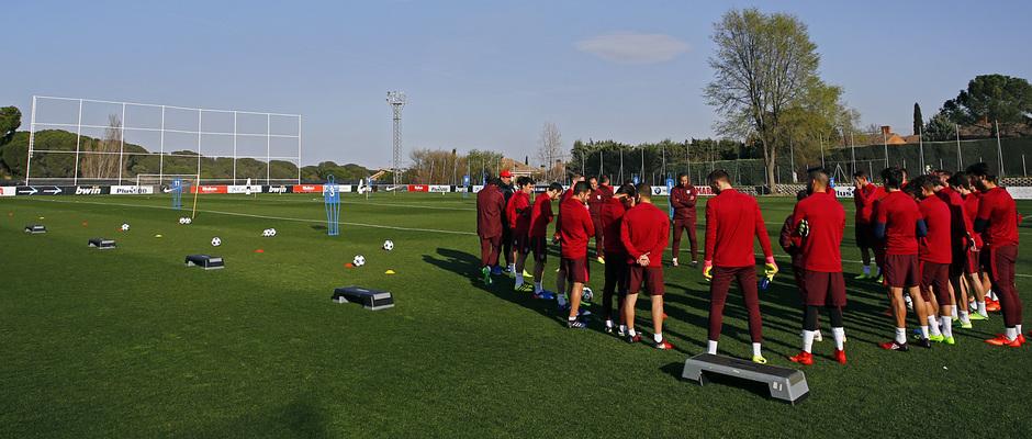 temporada 16/17. Entrenamiento en la ciudad deportiva Wanda.  Jugadores escuchando a Simeone durante el entrenamiento