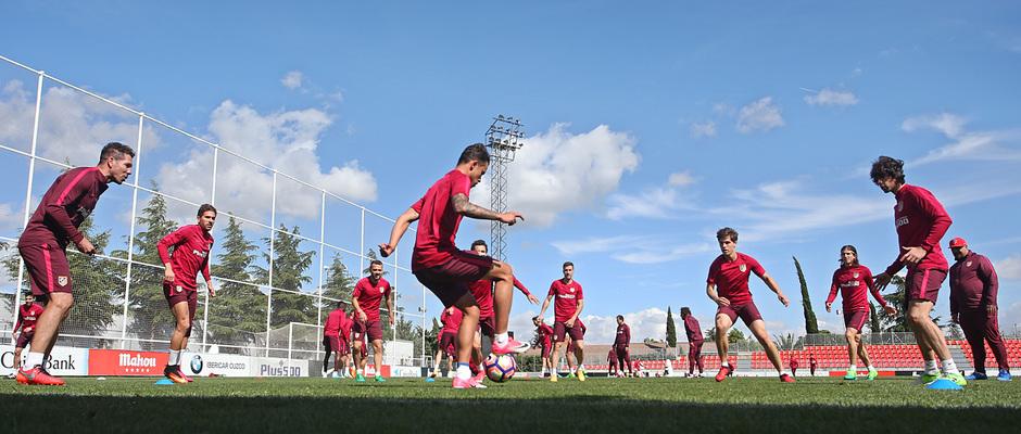 temporada 16/17. Entrenamiento en la ciudad deportiva Wanda.  Jugadores realizando ejercicios con balón durante el entrenamiento