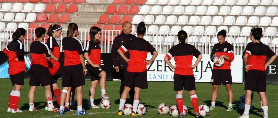 Temporada 2012-2013. Las jugadoras atiende las indiciaciones de Jesús Núñez