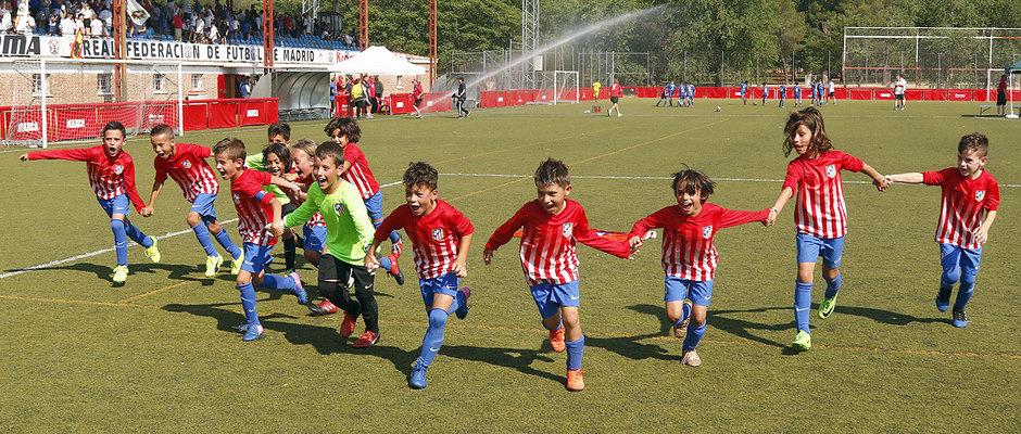 El Atlético de Madrid Prebenjamín A festeja la conquista del Torneo de Campeones