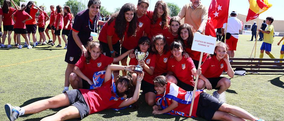 """Temporada 2012-2013. El Sub-13 """"B"""" posa con la copa de campeones de Liga"""