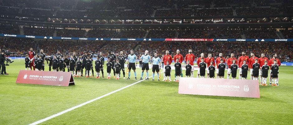 España y Argentina forman antes de comenzar el partido en el Wanda Metropolitano