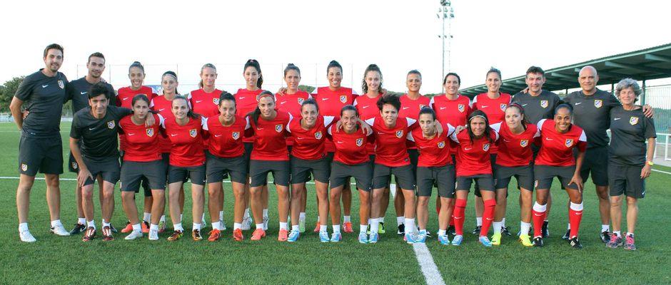 Temporada 2013-2014. Las jugadoras del primer equipo posan en el primer entrenamiento de la temporada