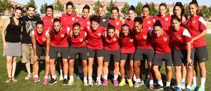 Temporada 2013-2014. Las jugadoras posan con la nutriocionista del club y sus ayundantes