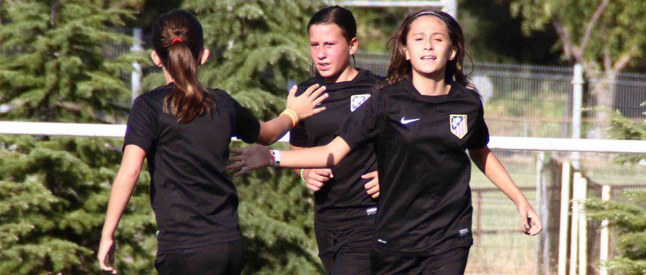 """Temporada 2013-2014. Las jugadoras del Sub-13 """"B"""" celebran un gol durante un entrenamiento"""