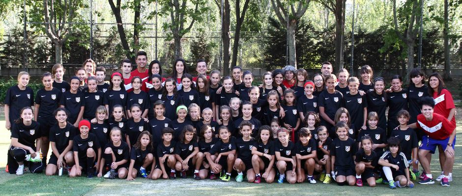 Temporada 2013-2014. Todas las jugadoras de la Escuela posaron antes del entrenamiento