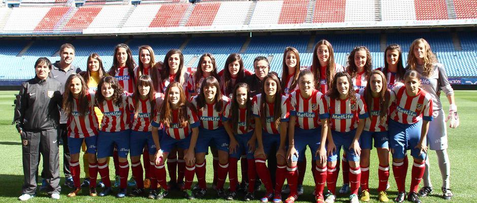Temporada 2013-2014. Las jugadoras del filial posan en el césped del Calderón
