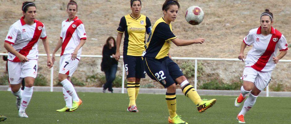 Temporada 2013-2014. Claudia Zornoza manda un balón a la espalda de la defensa