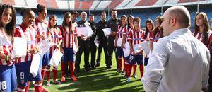 Temporada 2013-2014. Las jugadoras del Féminas recibieron un regalo muy especial de Coca-Cola