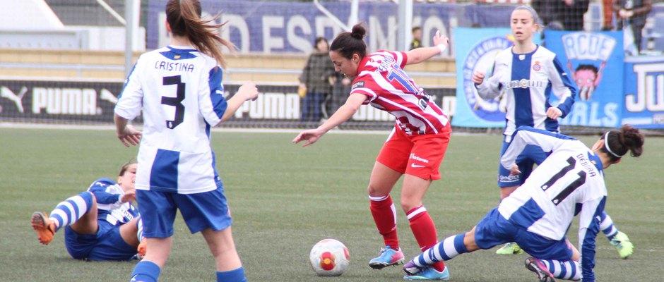 Temporada 2013-2014. Paula Serrano recibe una falta de Debora