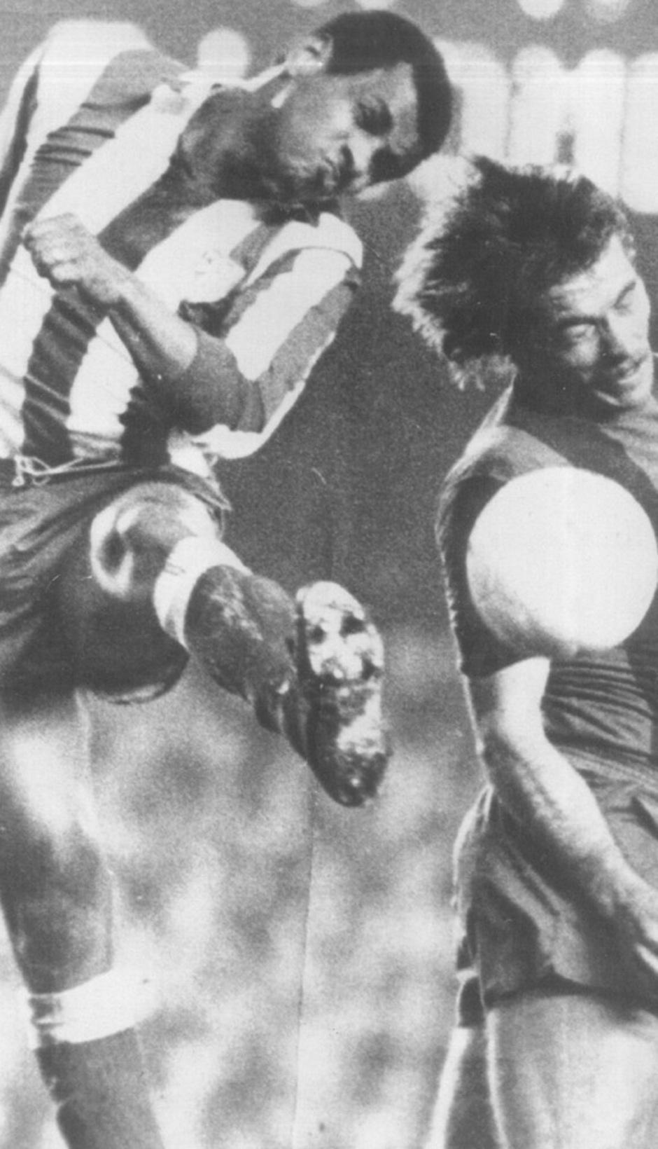 Luiz Pereira salta junto a un rival