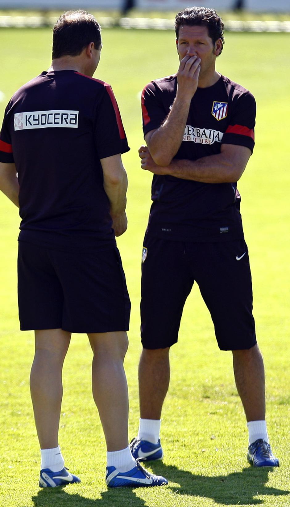 Simeone  charla con Vizcaíno durante los primeros minutos del entrenamiento del lunes en la Ciudad Deportiva