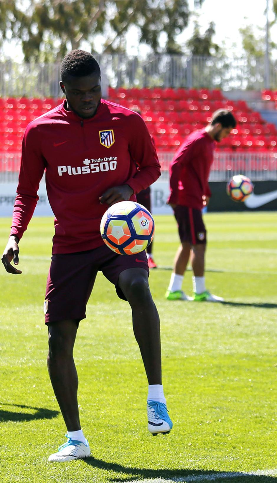Temporada 16/17. Entrenamiento Ciudad deportiva Wanda. Thomas realizando toques durante el entrenamiento.