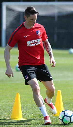 temporada 17/18. Entrenamiento en la ciudad deportiva Wanda. Torres realizando ejercicios  durante el entrenamiento