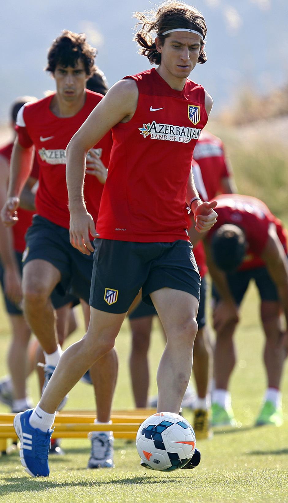 Temporada 13/14. Entrenamiento. Equipo entrenando en los Ángeles de San Rafael, Filipe con el balón en el campo de golf