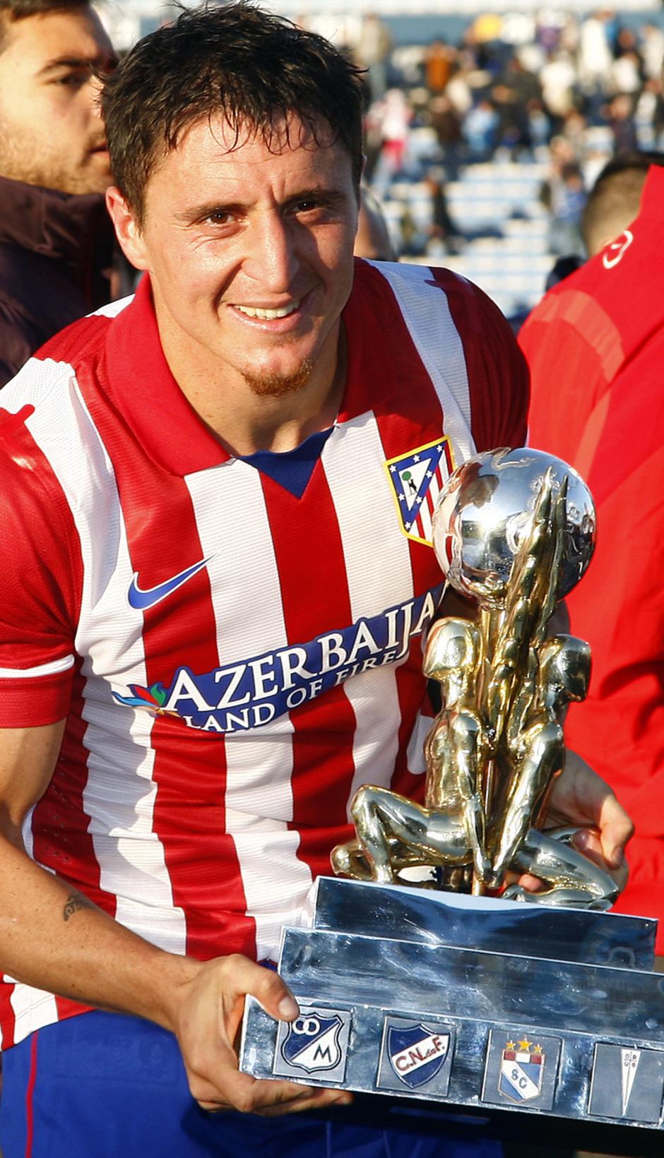 Temporada 13/14 Cristian Rodríguez con el trofeo