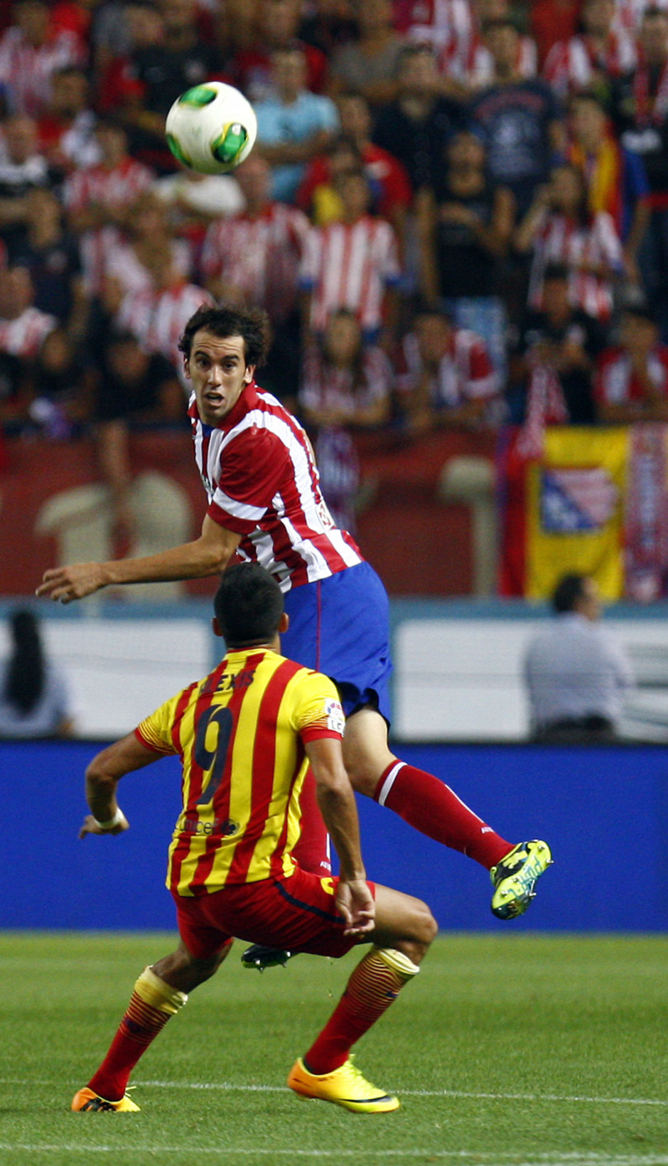 Temporada 13/14. Partido Supercopa. Vicente Calderón. Godín despejando de cabeza