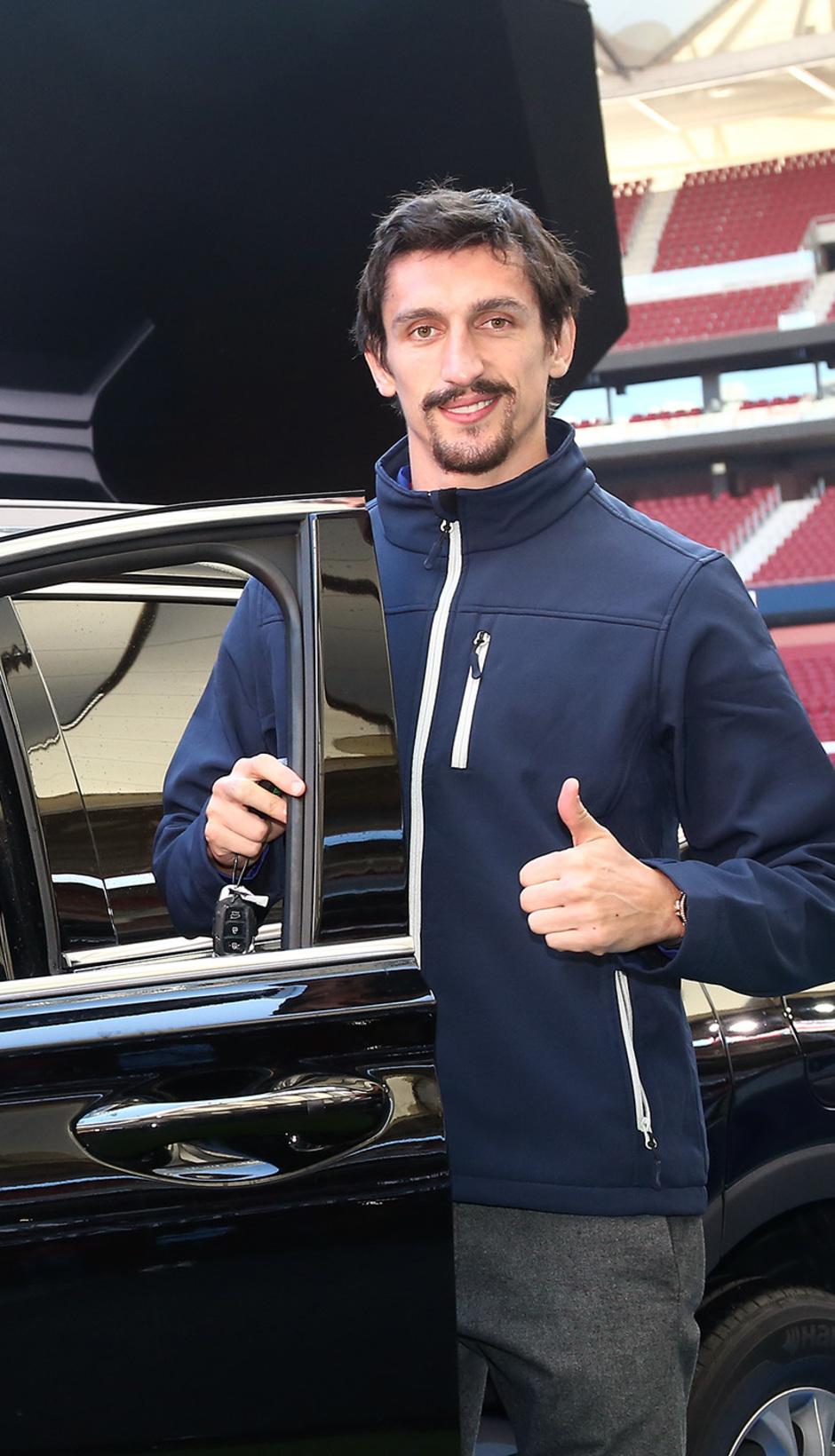 Temp. 18-19   Entrega de coche Hyundai a los jugadores en el Wanda Metropolitano   Savic