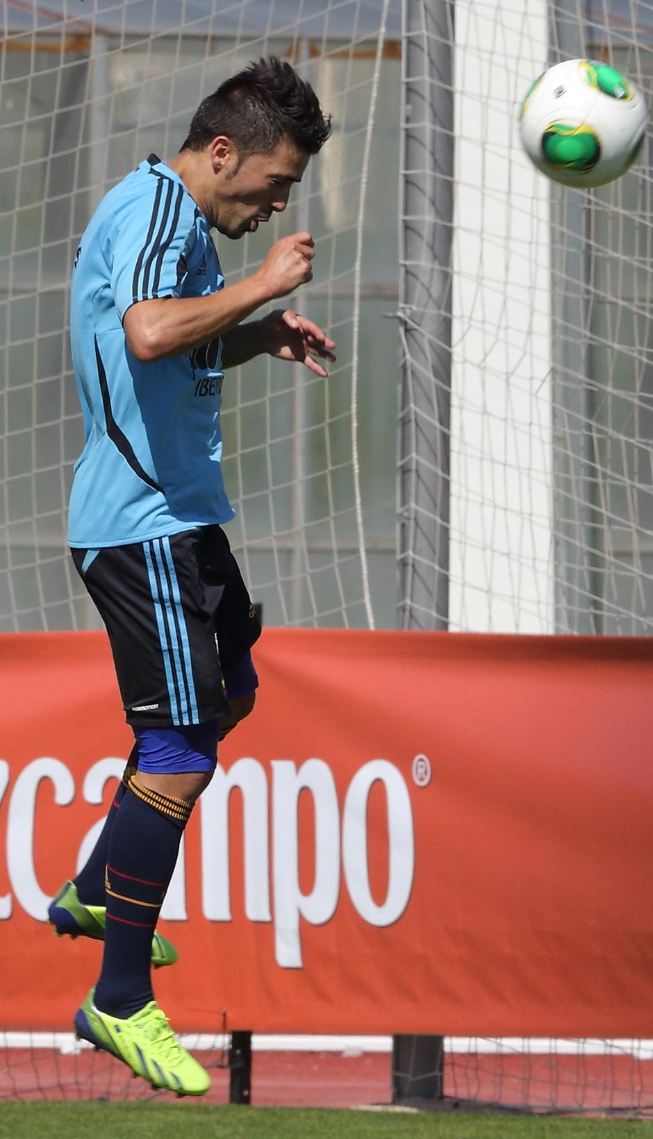 David Villa remata de cabeza un balón en el entrenamiento de la selección el miércoles 4 de septiembre en La Ciudad del Fútbol