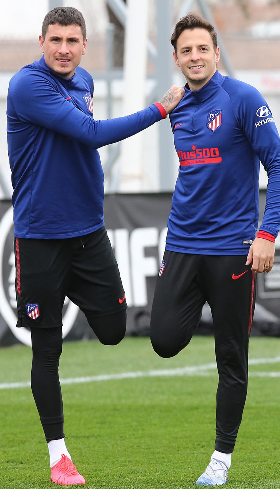 Temporada 19/20. Entrenamiento en la ciudad deportiva Wanda. Giménez y Arias realizando ejercicios durante el entrenamiento