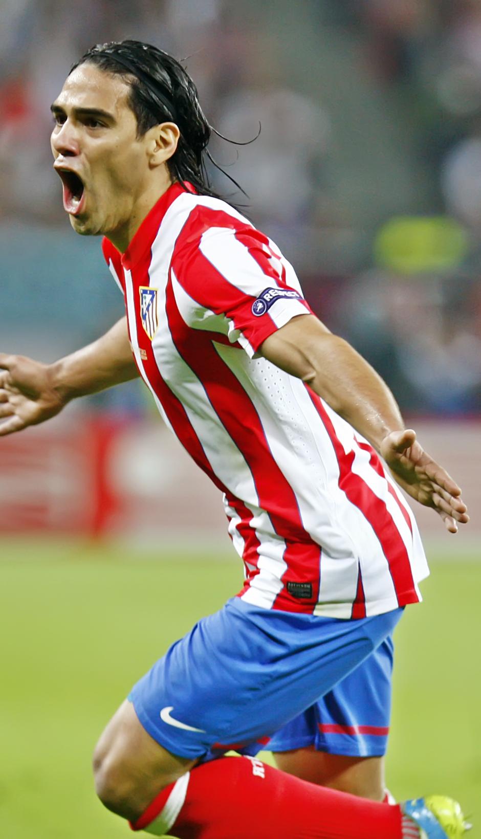 Temporada 11/12. Final Europa League. Falcao celebrando el gol en el césped del Estadio de Bucarest plano medio