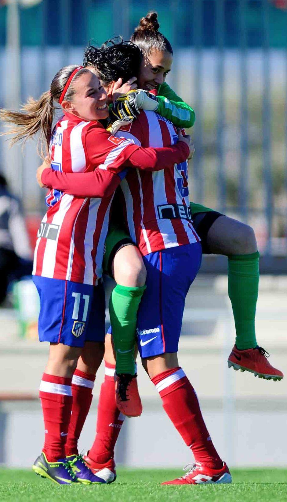 Temporada 2013-2014. Marta Carro, Pisco y Lola, celebran la victoria ante el Athletic
