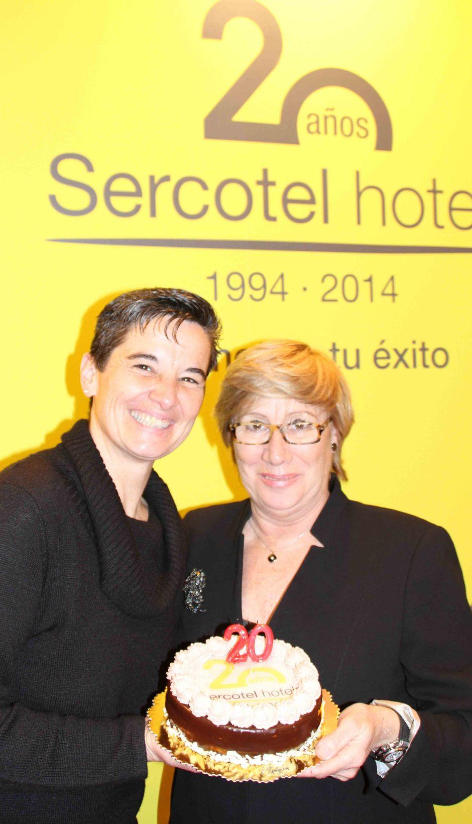 Temporada 2013-2014. Lola Romero y Mariso Turró con una tarta XX Aniversario