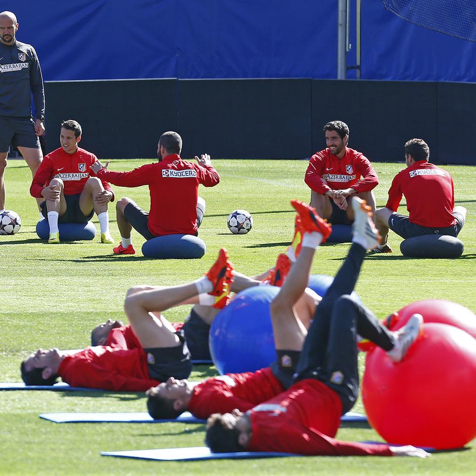 temporada 13!14. Entrenamiento en el estadio Vicente Caleron. Jugadores realizando ejercicios fisicos