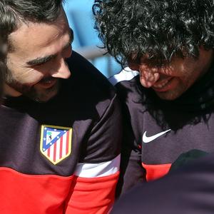 UEFA Europa League 2012-13. Adrián y Arda bromean antes del entrenamiento previo del duelo ante el Rubin en el Calderón