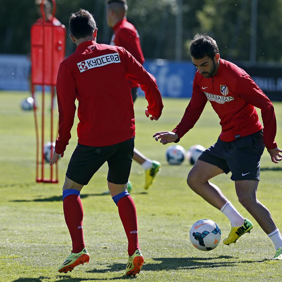 temporada 13/14. Entrenamiento en la Ciudad deportiva de Majadahonda. Adrián y Villa realizando ejercicios con balón