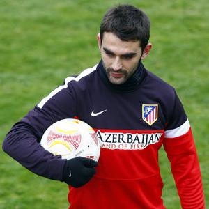 Temporada 12/13. Entrenamiento, Adrián sujeta el balón  de la Europa League durante el entrenamiento en la Ciudad Deportiva de Majadahonda