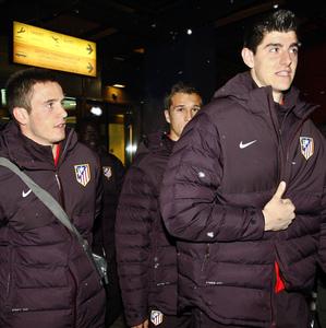 UEFA Europa League 2012-13. Courtois hace un gesto de aprobación a su llegada a Moscú