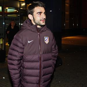 UEFA Europa League 2012-13. Adrián arrastra su maleta a la llegada a Moscú