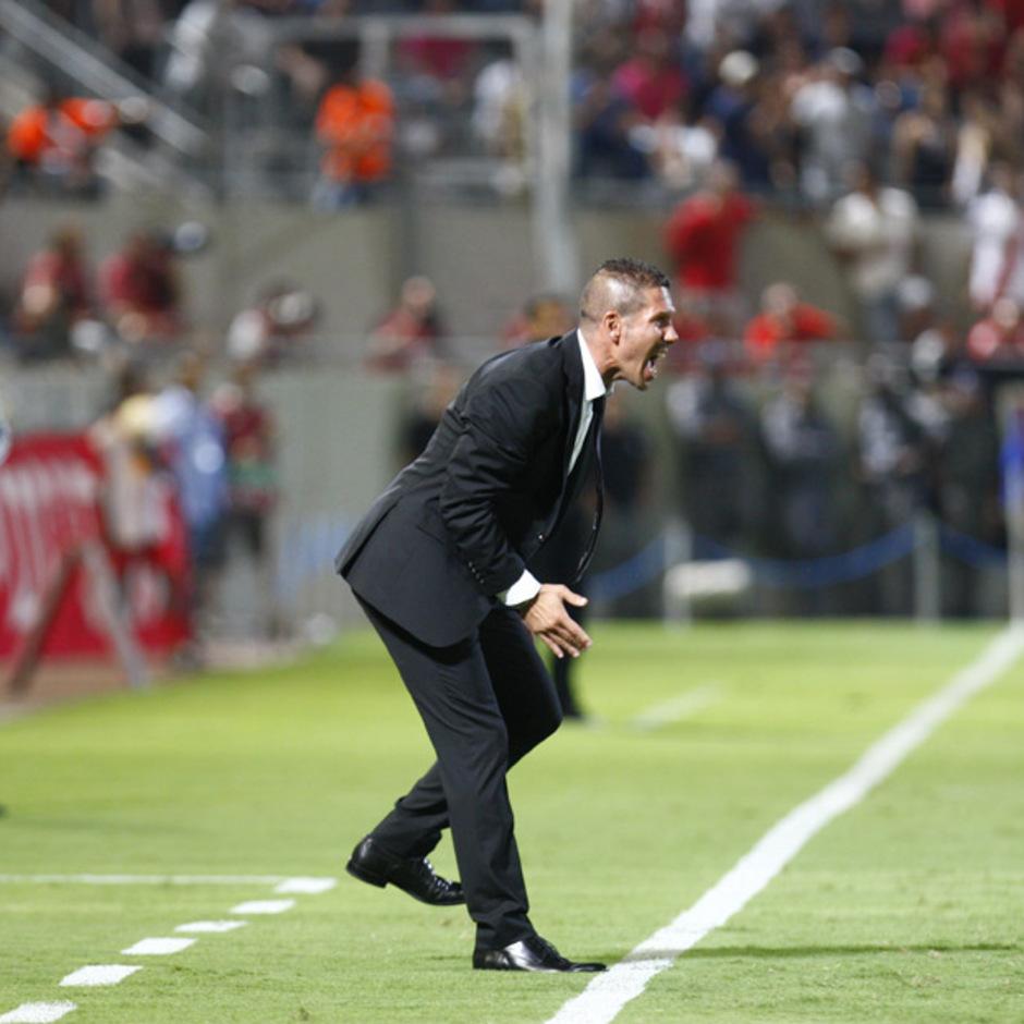 Simeone sale del área técnica gritando, en el partido de Uefa Europa League contra el Hapoel Tel Aviv en el Vicente Calderón