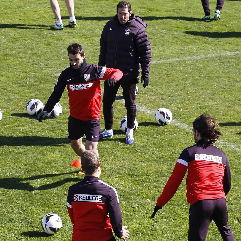 Liga 2012-13. Adrián es observado por Simeone en un rondo antes del partido contra el Espanyol